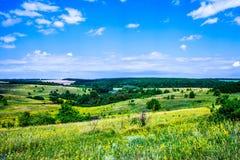 De zomer heuvelig terrein stock fotografie