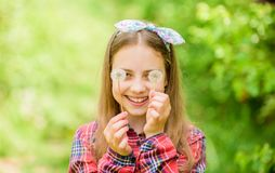 De zomer is hier De bloem van de de zomertuin Van het de rustieke stijl geruite overhemd van het meisjestiener geklede land de aa royalty-vrije stock afbeelding