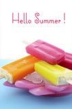 De zomer is hier concept met helder kleurenroomijs Stock Fotografie