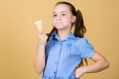 De zomer is hier Het meisje weinig kind eet de beige achtergrond van de roomijskegel Heerlijk roomijs Gelukkige kinderjaren onbez stock afbeeldingen