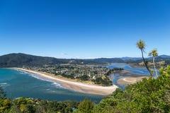 De zomer hoogste mening over een kuststad Stock Afbeelding