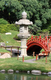 De zomer Japanse tuin met traditionele architectuur Stock Foto