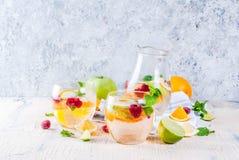 De zomer koude cocktail, fruit en bessen witte sangria met appel, royalty-vrije stock foto's