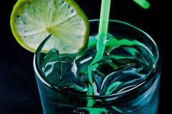 De zomer koude cocktail met ijs en greens Stock Afbeelding