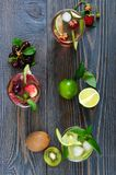 De zomer koude dranken met verse vruchten, bessen en munt Royalty-vrije Stock Foto