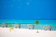 De zomer lege openluchtkoffie dichtbij overzees op het strand Stock Foto