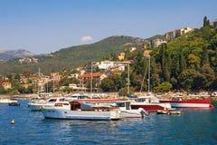 De zomer Mediterraan landschap Montenegro, Baai van Kotor Mening van de stad van Herceg Novi royalty-vrije stock foto