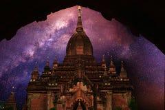 de zomer Melkachtige manier met oude bagan tempel, stock afbeeldingen