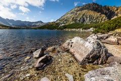 De zomer in 5 merenvallei in Hoge Tatra-Bergen, Polen Royalty-vrije Stock Foto's