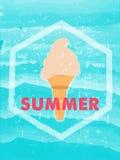 De zomer met roomijs in hexagon kader over blauwe golven, grunge D Royalty-vrije Stock Foto's