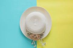 De zomer minimaal concept als achtergrond Strohoed op geel en blauw Stock Fotografie