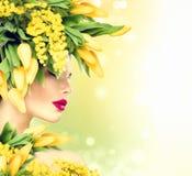 De zomer modelmeisje met het kapsel van aardbloemen Stock Afbeeldingen