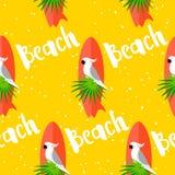 De zomer naadloos patroon met papegaai, surfplank, palmbladen en tekst op gele achtergrond Vlak Ontwerp stock illustratie