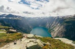 De zomer Noors landschap met bergmeer stock foto