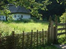 De zomer Oekraïens landschap met een landelijk huis en een omheining stock foto's