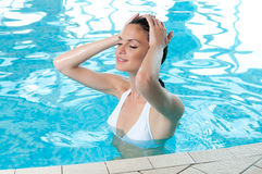 De zomer ontspant bij pool Royalty-vrije Stock Fotografie