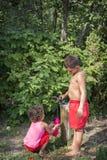 In de zomer, op een hete dag in de straat, twee jonge kinderen, een bro Stock Foto's