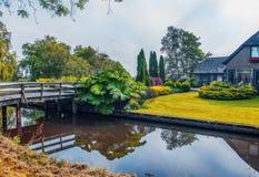 De zomer in oud Nederlands dorp, Giethoorn, Royalty-vrije Stock Foto's