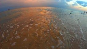 De zomer overzees strand met golven bij zonsondergang stock video