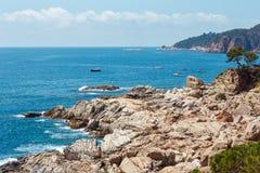 De zomer overzeese steenachtige kustmening Spanje stock foto