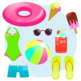 De zomer plaatste met rubberring, roomijs, ijssap, bal, zonnebril, zwempak en zwembroek, Stock Foto