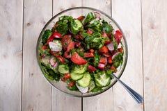 De zomer plantaardige salade op een houten lijst stock foto's