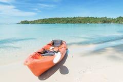 De zomer, Reis, Vakantie en Vakantieconcept - Oranje kajaks  Stock Fotografie