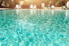 De zomer, Reis, Vakantie en Vakantieconcept De zitkamer zit dichtbij zwembad voor tegen Judean-Woestijn Turkooise pool stock afbeeldingen