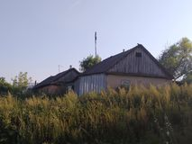 De zomer in Russisch dorp, oude huizen Stock Foto