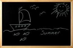 De zomer schip in het overzees met vissen en vogels onder de zon op a Royalty-vrije Stock Foto's