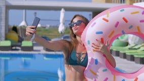 De de zomer selfie foto, sexy glamourmeisje met lang haar in zonnebril maakt selfie op mobiele telefoon flirtatiously spelend stock videobeelden
