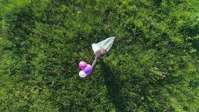 De zomer, tienermeisje met gekleurd haar heeft pret met ballons op gazon stock videobeelden
