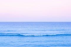 de zomer tropisch zeegezicht met de toonwater en zonsondergang van de golfpastelkleur of zonsopganghemel in Samui - Thailand royalty-vrije stock afbeeldingen