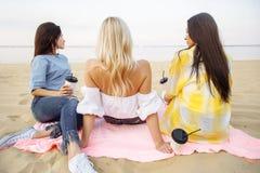De zomer, vakantie, vakantie en gelukconcept - groep jonge aantrekkelijke vrouwenvrienden op het strand royalty-vrije stock fotografie