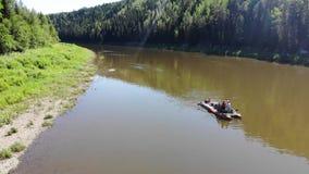 De zomer van de Chusovayarivier stock video