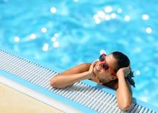 De zomer van de vrouw ontspant in pool Stock Foto's