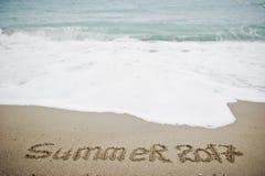 De zomer van 2017 eind Het nieuwjaar 2018 is komend concept Overzees en zand Royalty-vrije Stock Afbeelding