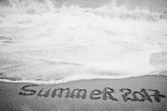 De zomer van 2017 eind Het nieuwjaar 2018 is komend concept Overzees en zand Royalty-vrije Stock Foto's