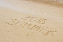 De zomer van 2016 getrokken op zand bij het strand door het overzees Royalty-vrije Stock Foto's