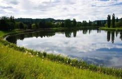 De zomer van het landschap bij de rivieroever Stock Afbeelding
