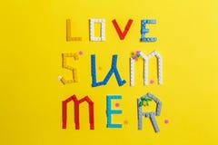 De zomer van de inschrijvingsliefde op een gele oppervlakte wordt opgemaakt die stock afbeeldingen