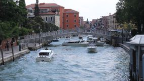 De zomer van Italië, van Venetië, van kanalen en van boten inm stock footage