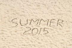 De zomer van 2015 met de hand gemaakt van naaldboomkegels op zand Stock Foto's