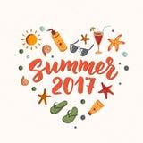 De zomer van 2017 tekst met strandelementen zonnescherm, zonnebril, cocktail, zeester, wipschakelaars stock illustratie
