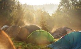 De zomer van toeristententen het kamperen royalty-vrije stock afbeelding