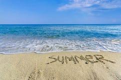 De zomer van Word die in het zand wordt getrokken Stock Foto's