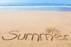 De zomer van Word in het Zand op een Strand met Tekening van t wordt geschreven dat Stock Foto