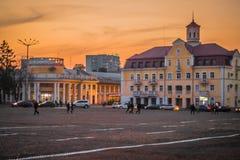 De zomer of vroeg de herfstvierkant van Oekraïense stad bij zonsondergang royalty-vrije stock foto