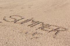 De zomer in zacht nat zand op een strand wordt geschreven, Doubai-1 September 2017 die Royalty-vrije Stock Fotografie