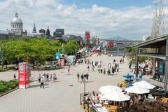 De zomeraantrekkelijkheden en winkels bij de Oude Haven van Montreal stock afbeeldingen